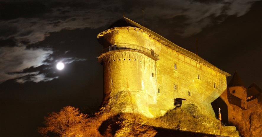 Орава Castle - През нощта