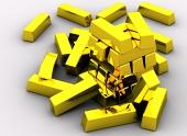 Струпване на златни кюлчета, изолирани на бял фон