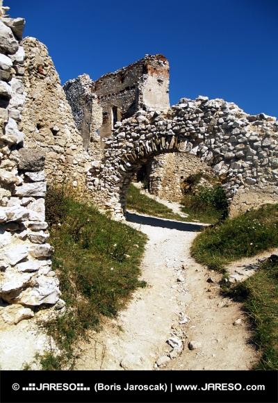 Вътрешните работи на замъка на Cachtice, Словакия