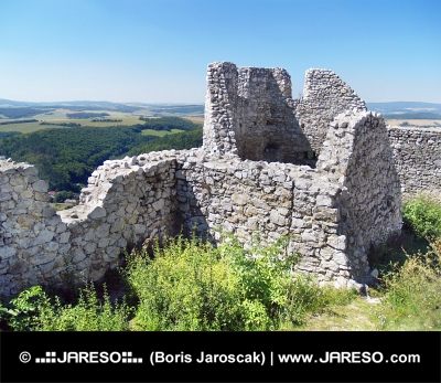 Разрушени стени на замъка на Cachtice през лятото