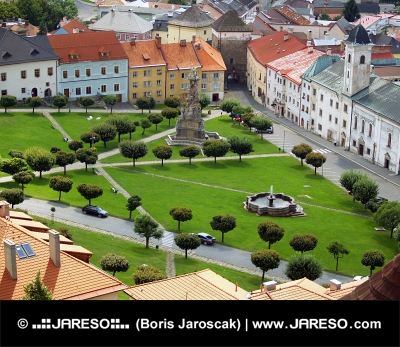 Въздушното оглед на град Kremnica през лятото