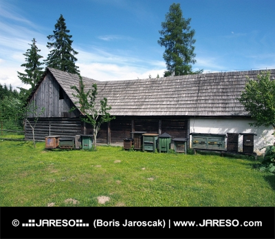 Дървени кошери в близост до фолк къща в Pribylina