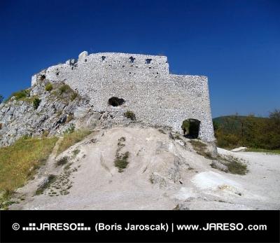 Масивните стени на замъка Cachtice, Словакия