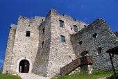 Двора на Strecno Castle през лятото, Словакия