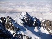 Peaks на Високите Татри над облаците