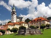 Църква и фонтан в Кремница, Словакия