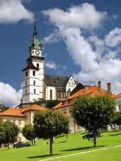 Централния площад, църква и замък в Kremnica