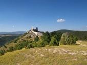 Cachtice замък на хълма в разстояние