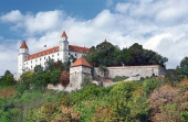 Bratislava Castle на хълм над Стария град