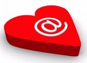 E-mail symbol og rødt hjerte isoleret på hvid baggrund