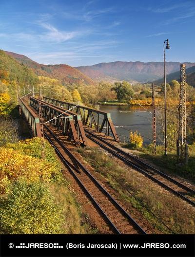Efteråret udsigt over jernbanebroen nær Kralovany, Slovakiet