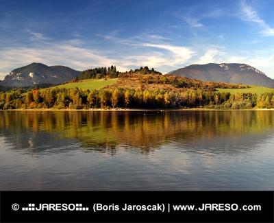 Refleksion af bakker i Liptovská Mara sø, Slovakiet
