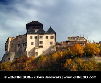 Trencin Castle i efteråret, Slovakiet