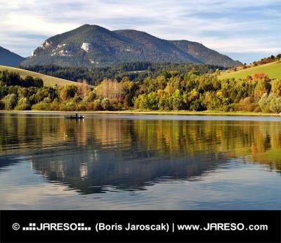 Hill afspejlet i Liptovská Mara sø i efteråret i Slovakiet