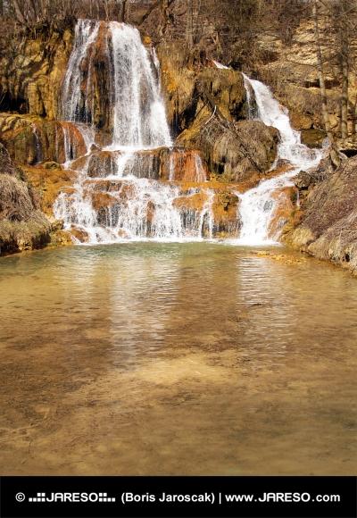 Mineralrige vandfald i Lucky landsby, Slovakiet