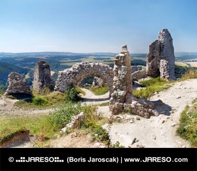 Ødelagte indvendige vægge af slottet Cachtice