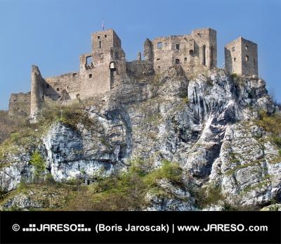 Sommer udsigt over ruineret Strecno Slot