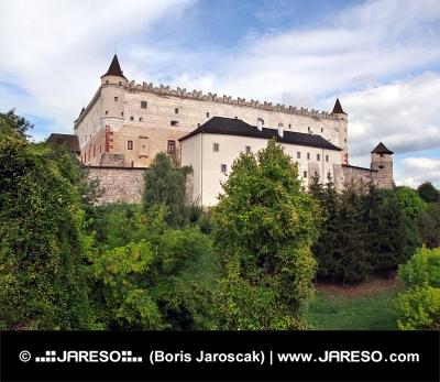 Zvolen Castle på skovklædte bakke
