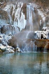 Frosne vandfald i Lucky landsby, Slovakiet