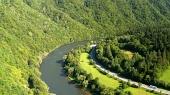Road og Vah floden sommeren i Slovakiet