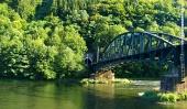 Jernbanebroen over Vah floden og tunnel nær Strecno, Slovakiet