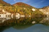 Refleksion af efteråret bakker i Sutovo sø, Slovakiet