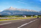 De Høje Tatra-bjergene og motorvej i sommer