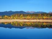 Refleksion af Rohace Mountains i løbet af efteråret