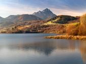 Bešeňová reservoir og Choc ved solnedgang