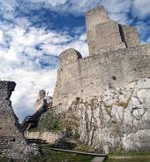 Tower of slottet Beckov i sommer