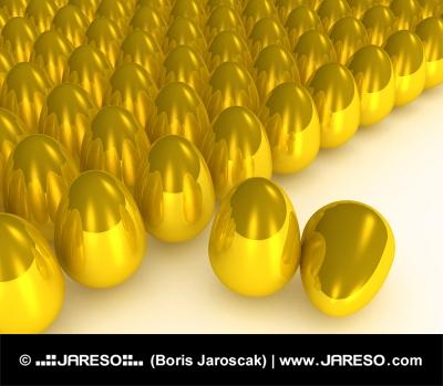 Viele goldene Eier mit zwei Eiern hervorgehoben