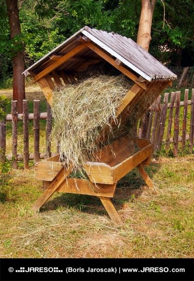 Überdachte Holzzuführung voll mit Heu gefüllt