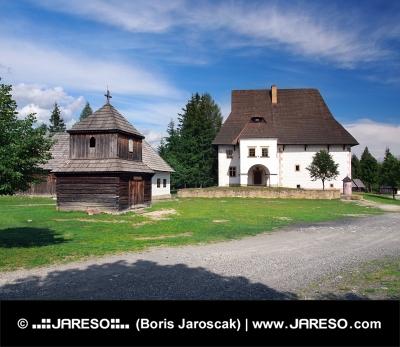 Holzturm und Herrenhaus in Pribylina, Slowakei
