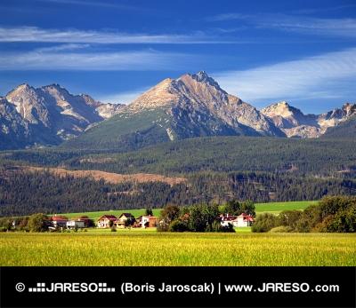 Die Tatra und Dorf im Sommer