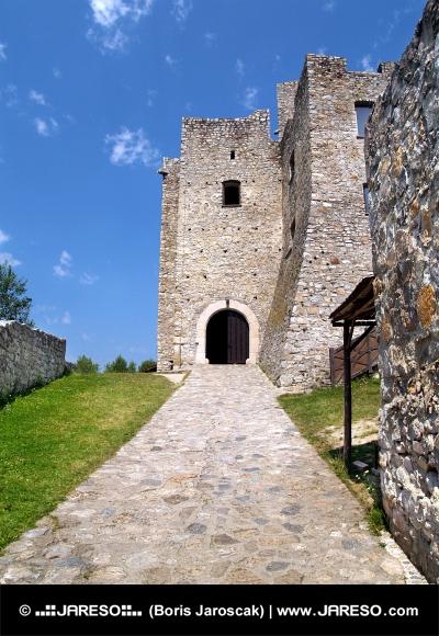 Eingang zum Strecno Castle, Slovakia