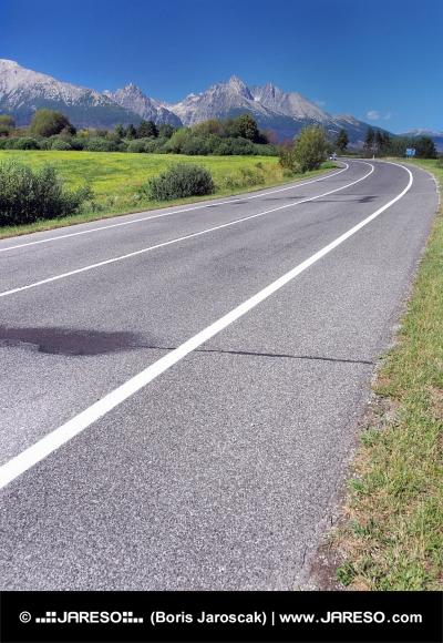 Road to High Tatras in klaren Sommertag
