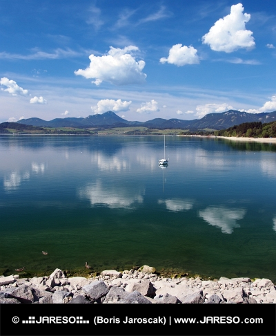 Reflection in Liptovska Mara See im Sommer