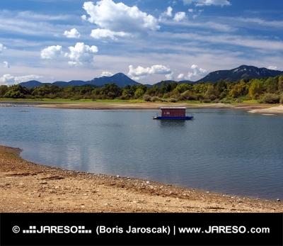 Kleine Hausboot und Ufer im Sommer