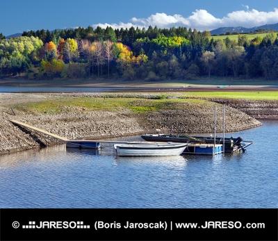 Kleine Boote und Ufer des See Liptovska Mara, Slovakia