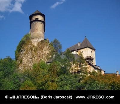 Orava Burg auf einem hohen Felsen gelegenen