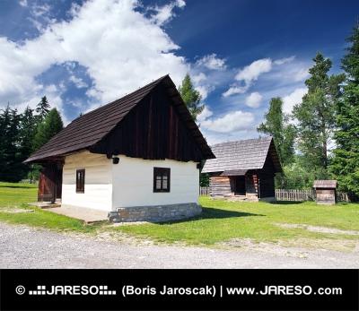 Seltene hölzerne folk Häuser in Pribylina