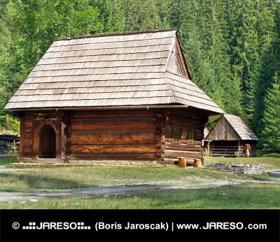 Seltene hölzerne folk Häuser in Zuberec