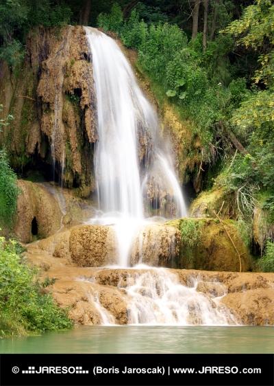 Wasserfall auf Travertin rock