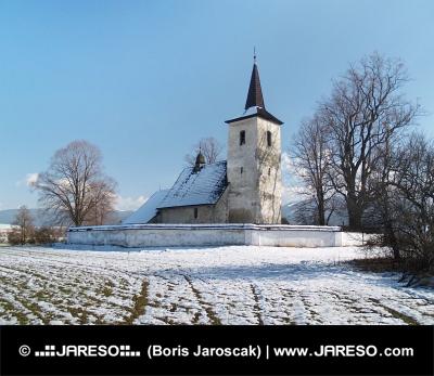 Winter-Ansicht von All Saints Church in Ludrová