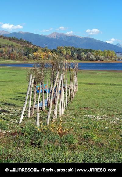 Holzsteg bei trockenen Ufer des Mara Liptovska