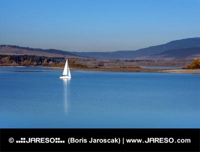 Yacht am Orava Stausee, der Slowakei
