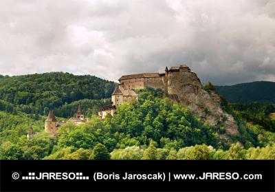 Majestic Orava Schloss auf grünem Hügel in bewölkten Sommertag