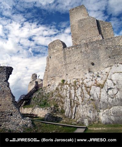 Turm der Burg Beckov im Sommer