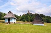 Ein Volkshäuser und das Schloss in Stara Lubovna