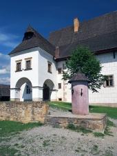 Rare Herrenhaus und Säule der Schande in Pribylina